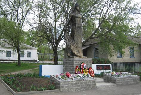 с. Пристень Ровеньского р-на. Памятник по улице Центральной 102а, установленный в 1974 году на братской могиле, в которой похоронено 144 советских воина, погибших в годы войны.