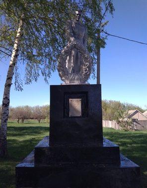 с. Первое Цепляев Шебекинского городского округа. Памятник по улице Ленина, установленный на братской могиле советских воинов, погибших в годы войны.