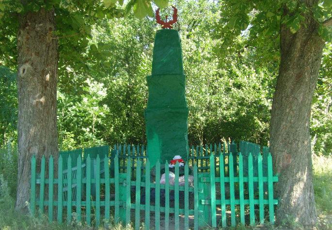 п. Первомайский Шебекинского городского округа. Памятник по улице Октябрьской 16а, установленный на братской могиле, в которой похоронено 12 советских воинов, погибших в 1943 году.