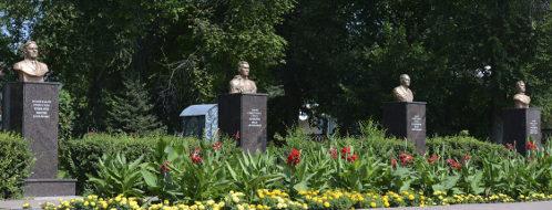 п. Ровеньки. Алея Славы, открытая в 2000 году, где установлены бюсты пяти Героев Советского Союза.