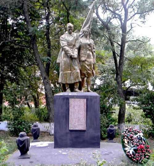 с. Поляна Шебекинского городского округа. Памятник по улице Центральной 28, установленный на братской могиле, в которой похоронено 57 советских воинов, погибших в 1943 году.