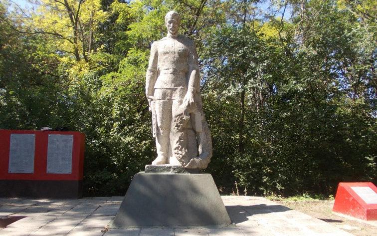 п. Ровеньки. Памятник, установленный в 1973 году возле дома культуры в честь воинов-земляков. Сюда же перенесли останки неизвестного солдата и могилу военного врача III ранга Таракановой К. В.