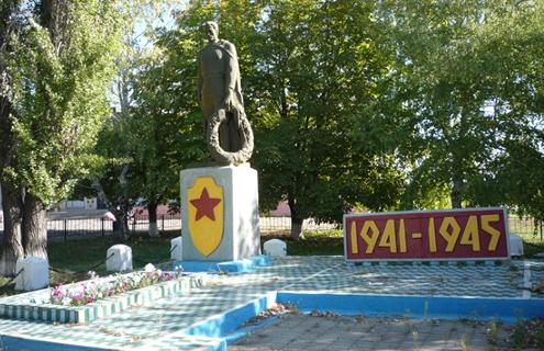 с. Харьковское Ровеньского р-на. Памятник по улице Центральной, установленный на братской могиле советских воинов, погибших в 1943 году.