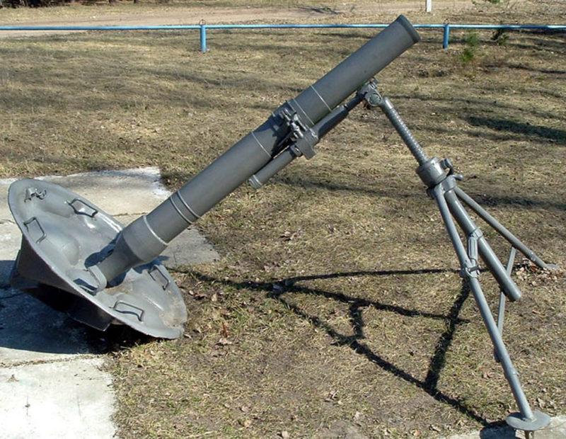 120-мм миномет на мемориале.