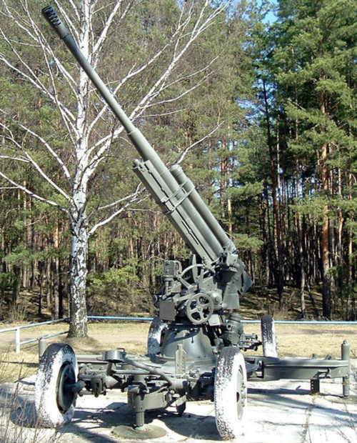 85-мм зенитная пушка на мемориале.