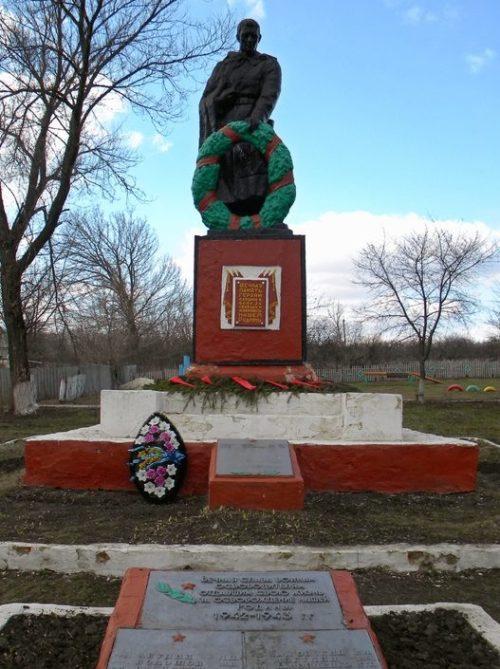 с. Середа Шебекинского городского округа. Памятник по улице Октябрьской, установленный на братской могиле, в которой похоронено 24 советских воина, погибших в 1943 году.