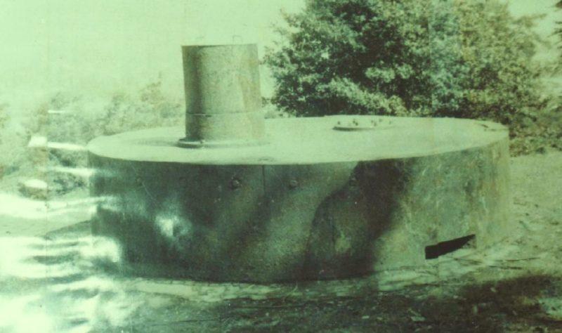 Бронерубка управляющего стрельбой во время советской консервации батареи.