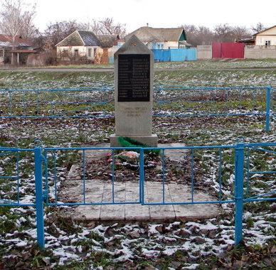 с. Стариково Шебекинского городского округа. Памятник по улице Ленина, установленный на братской могиле, в которой похоронено 345 советских воинов, в т.ч. 278 неизвестных, погибших в 1943 году.