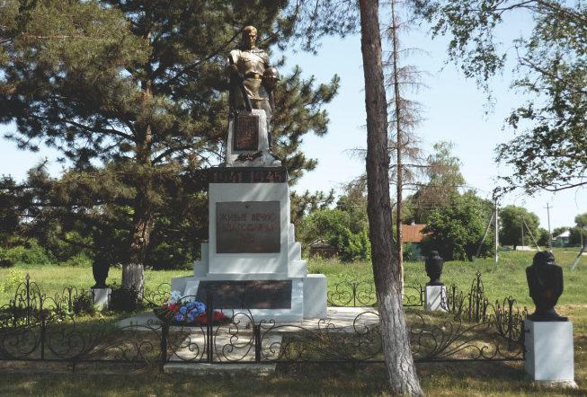 с. Стариково Шебекинского городского округа. Памятник по улице Ленина, установленный на братской могиле советских воинов, погибших в 1943 году.