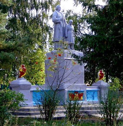 с. Стрелица Вторая Шебекинского городского округа. Памятник по улице Кирова, установленный на братской могиле, в которой похоронено 106 советских воина, погибших в 1943 году.