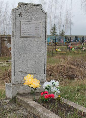 с. Сурково Шебекинского городского округа. Памятник по улице Пушкина, установленный на братской могиле, в которой похоронено 5 советских воинов, погибших в 1943 году.