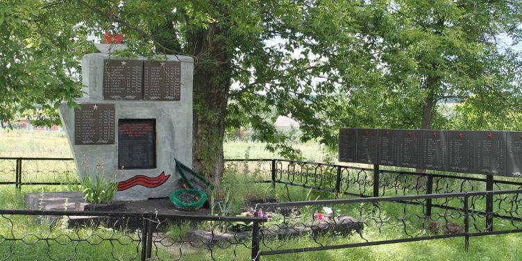 с. Терезовка Шебекинского городского округа. Памятник по улице Победы, установленный на братской могиле, в которой похоронено 13 советских воинов, погибших в 1943 году.