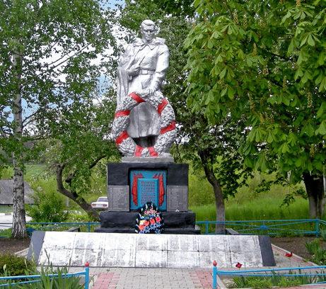 с. Чураево Шебекинского городского округа. Памятник по переулку Гагарина 2в, установленный на братской могиле, в которой похоронено 167 советских воинов, погибших в 1943 году.
