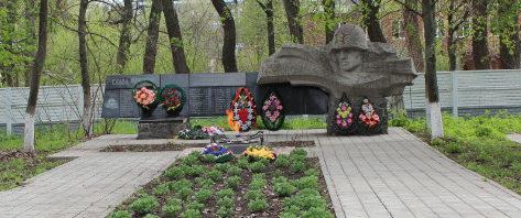 г. Шебекино. Памятник по улице Докучаева, установленный на братской могиле, в которой похоронено 50 советских воинов, погибших в 1943 году.