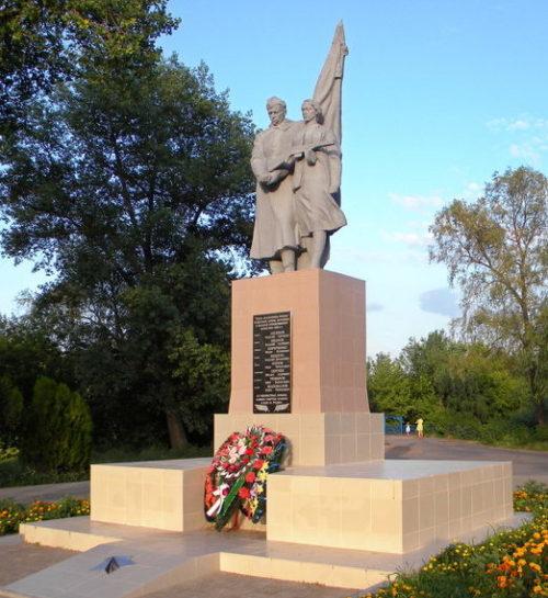 г. Шебекино. Памятник по улице Московской, установленный на братской могиле, в которой похоронено 17 советских воинов, в т.ч. 14 неизвестных, погибших в 1943 году.