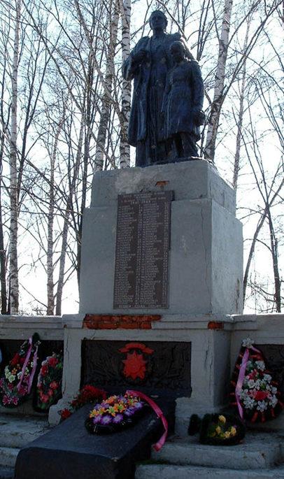 г. Шебекино. Памятник у школы №7 установленный на братской могиле советских воинов.