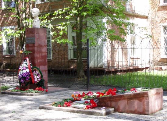 г. Шебекино. Памятник и могила партизана Вити Захарченко, расстрелянного фашистами в 1942 году.
