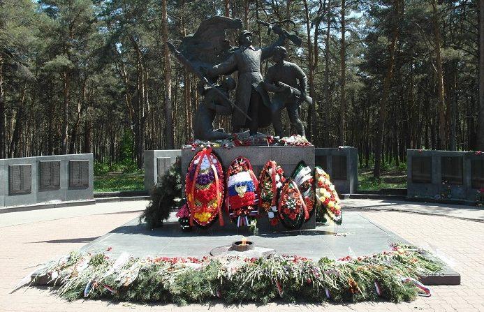 Памятник на Аллее Славы.