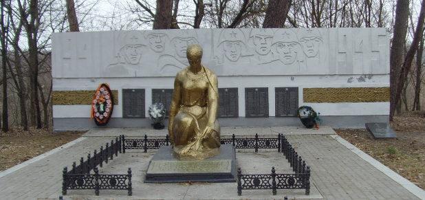г. Шебекино. Памятник по улице Мочалина, установленный на братской могиле, в которой похоронен 141 советский воин, погибший в 1943 году.