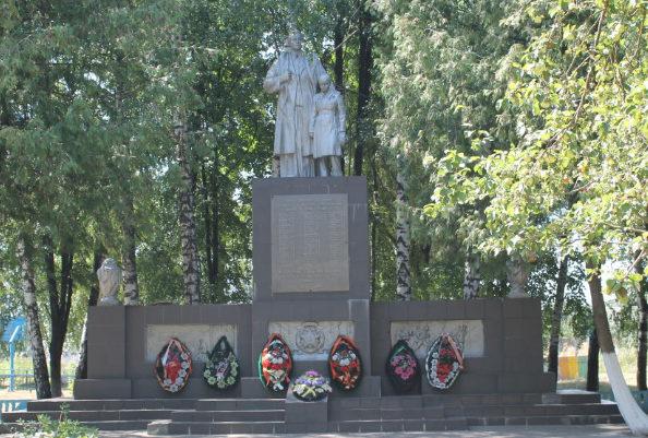 г. Шебекино. Памятник по улице Белгородское шоссе 8, установленный на братской могиле, в которой похоронено 65 советских воинов, погибших в 1943 году.