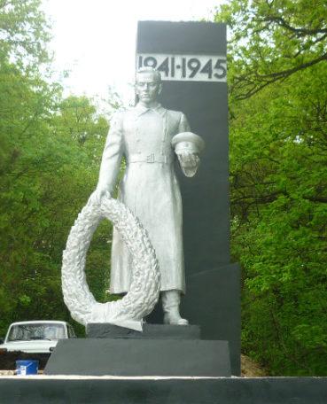 п. Шебекинский. Памятник по улице Подлесной 14, установленный на братской могиле, в которой похоронено 17 советских воинов, погибший в 1943 году.