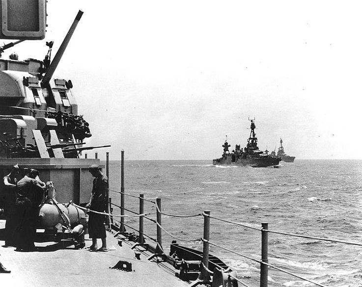 Американские крейсера на пути к Гуадалканалу.