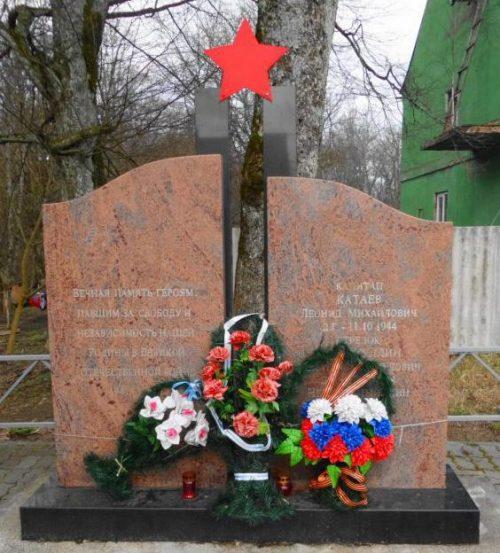 п. Говорово Неманского городского округа. Памятник, установленный на братской могиле советских воинов.