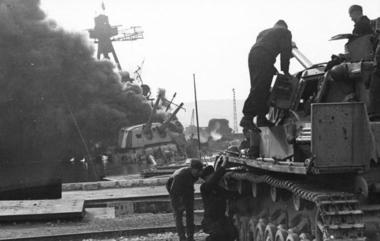Немецкий танк в порту Тулона.