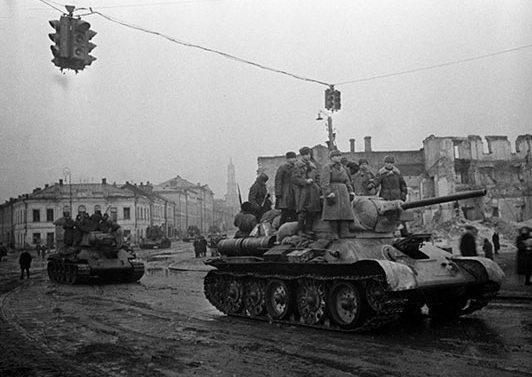 Советские войска на улицах освобожденного Харькова.