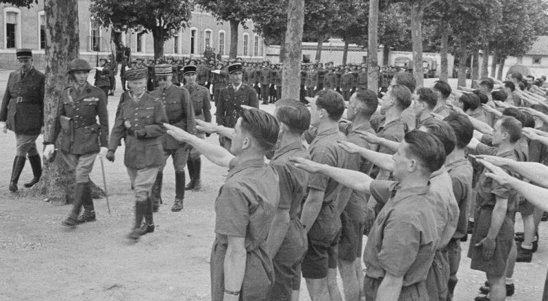 Генерал армии Шарль Хюнтцигер делает проверку драгунскому полку. Макон, август 1941 г.