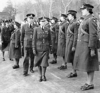 Осмотр служащих WAAF (Женское вспомогательное подразделение ВВС). 1939 г.