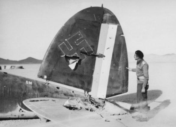 Сбитый британцами Heinkel He 111 с немецкими и иракскими опознавательными знаками.