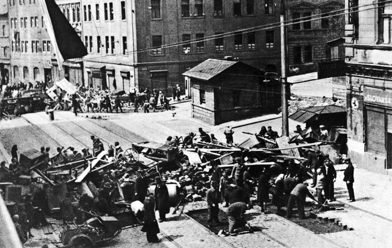 Пражские повстанцы сооружают баррикаду.