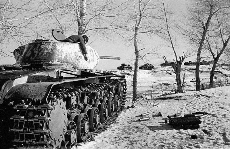 Расстрелявший немецкую колонну танк КВ-1С с погибшим экипажем.