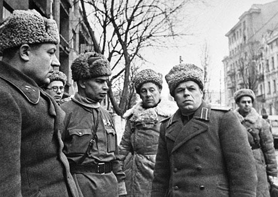 Командующий 3-й гвардейской танковой армией П. С. Рыбалко в Харькове.