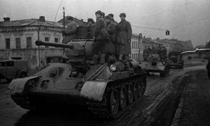 Советские войска в пригороде Харькова.