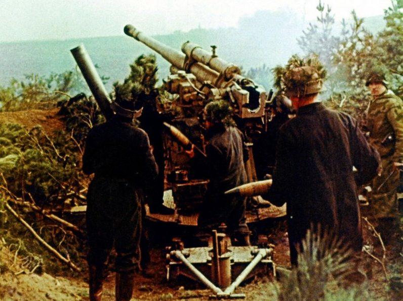 Расчет зенитного орудия FlaK M39 ведет огонь на Зееловских высотах.