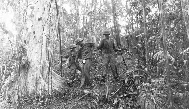Раненному солдату армии США оказывают помощь на позициях у реки Матаникау.