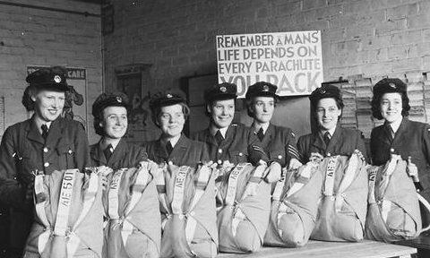 Служащие WAAF с парашютами. 1939 г.