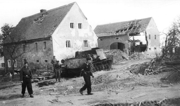 Солдаты дивизии «Герман Геринг» в Баутцене.