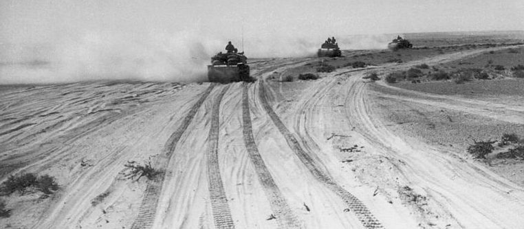Итальянские штурмовые орудия в пустыне.