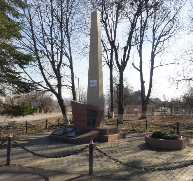 п. Канаш Неманского городского округа. Памятник, установленный в 1950 году на братской могиле, в которой похоронены советские воины.