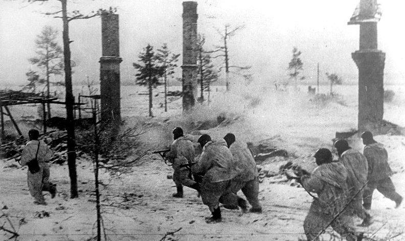 Бойцы Волховского фронта в наступлении.