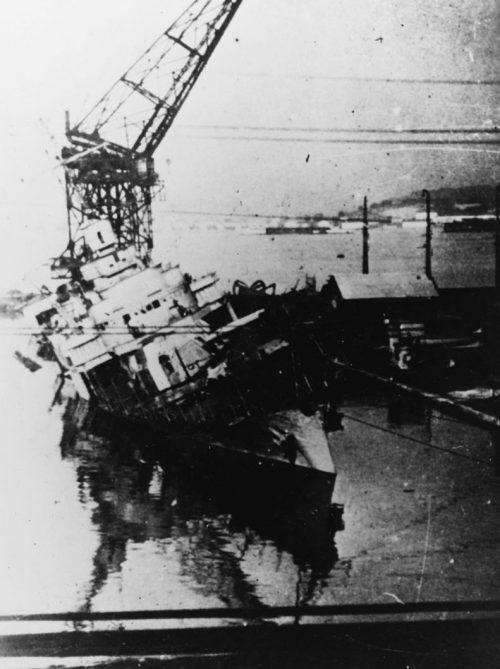 Эсминец «Лансекенет» затопленный на верфи.