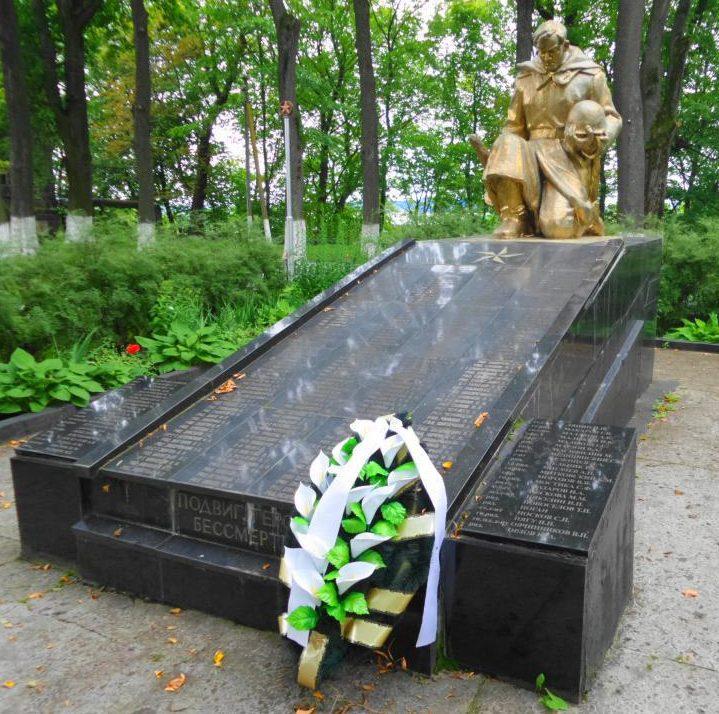 г. Неман. Братская могила, в которой захоронено 90 советских воинов, погибших при взятии города Рагнита в январе 1945 г.