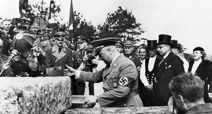 Роберт Лей, председатель Германского трудового фронта, закладывает первый камень в основание санатория в Проре. 2 мая 1936 года.