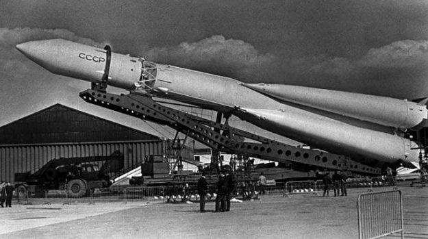 Р-7 двухступенчатая межконтинентальная баллистическая ракета с отделяющейся головной частью массой 3 тонны и дальностью полёта 8 тыс. км.