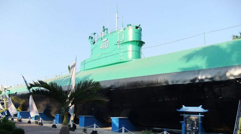 Памятник подводной лодке проекта 613 в Сурабае.