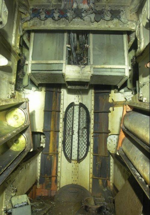 Бронебашня 180-мм орудия снаружи и внутри.