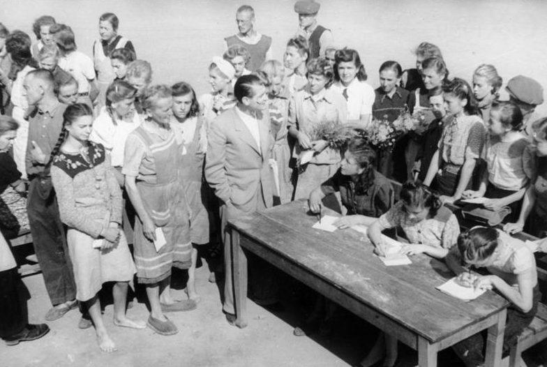 Репатриируемые из СССР немецкие женщины и девушки в карантинном лагере в Германии. Август 1947 г.